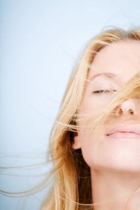Sonne, Sand und Meer: Pflege für sommerstrapaziertes Haar